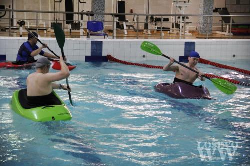 На фото: Обучение фристайлу в бассейне.